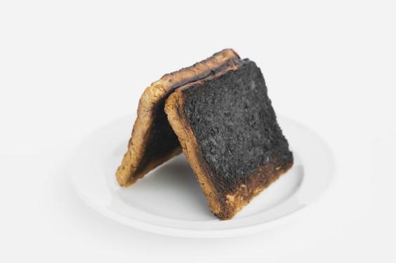 Toastscheiben auf Porzellanteller, verbrannt